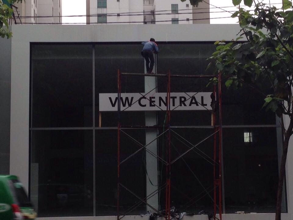 Thi-cong-mat-tien-showroom-xe-hoi-vw