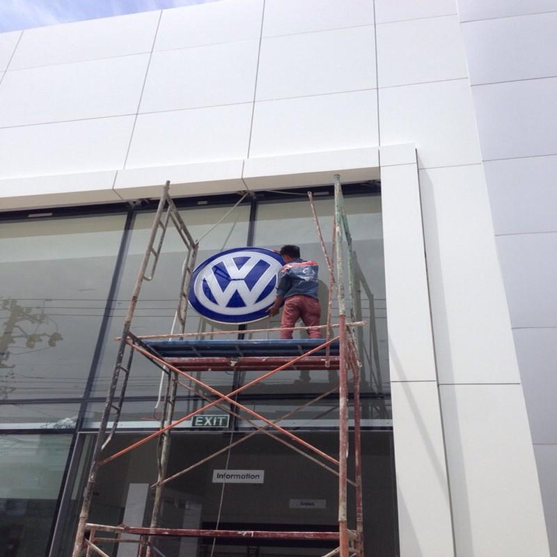 Mặt tiền alu | logo mica showroom Volkswagen Nha Trang