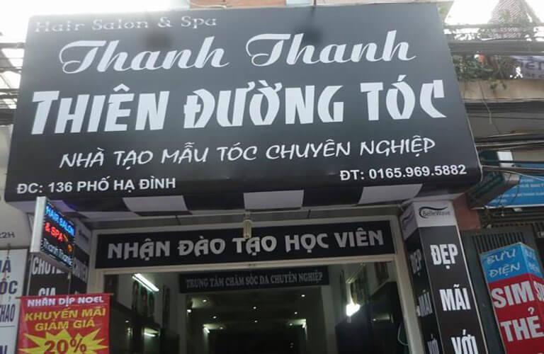 Bảng hiệu bạt không gân in UV tiệm làm tóc với nhiều kiểu chữ khác nhau, chữ trắng trên nền đen tạo sự đối lập, giúp bảng hiệu thêm thu hút