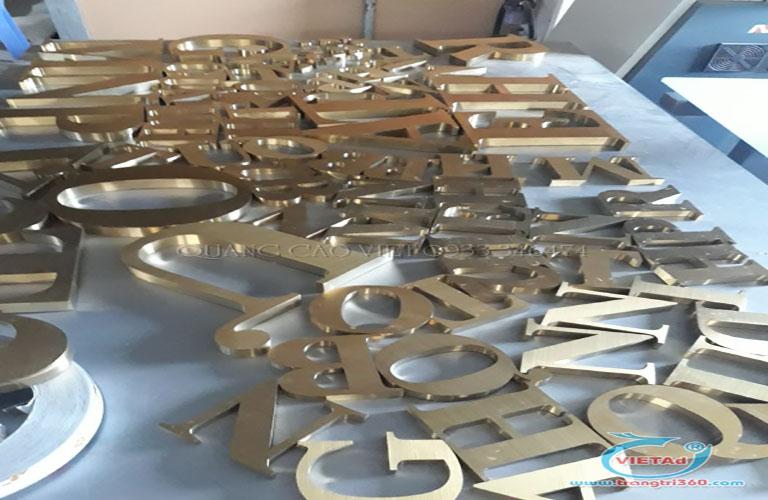Chữ nổi kim loại với nhiều thiết kế, gia công bắt mắt, gây nhiều thu hút với khách hàng