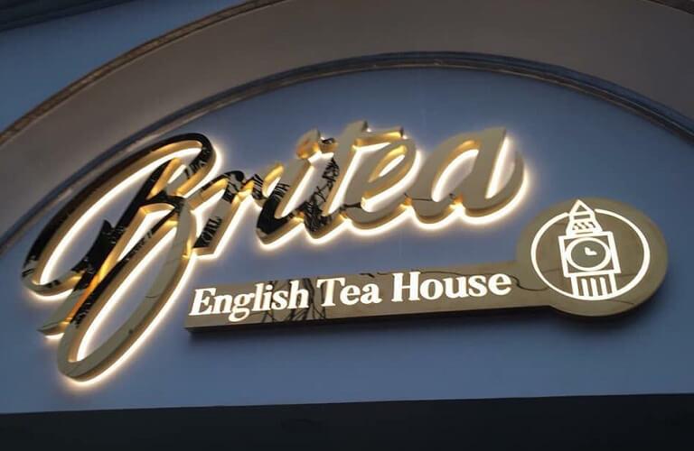 Bảng hiệu chữ nổi inox dạ đèn chân chữ Britea