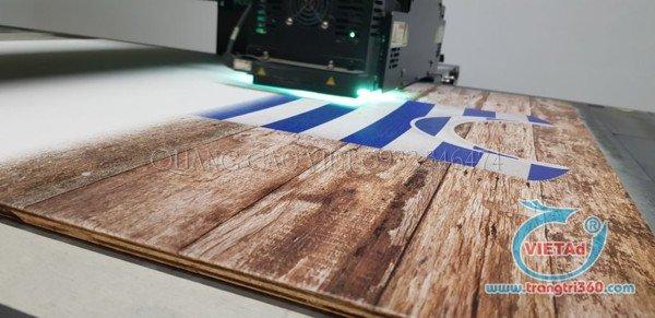 In UV trên bề mặt gỗ